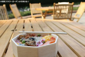 小田原フラワーガーデンのベンチでお弁当