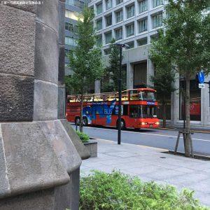 三菱一号館美術館近くには二階建てバスが走っている