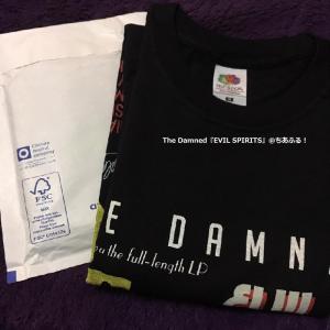 グレーの袋の中にはCDの入った白い封筒とTシャツ